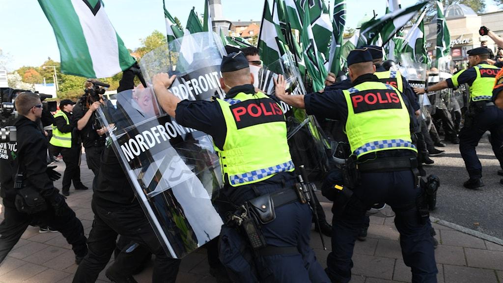 Nordiska motståndsrörelsens (NMR) hejdas av polis under demonstrationen 2017