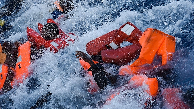 Migranter i havet vid räddningsoperationen utanför Libyens kust.