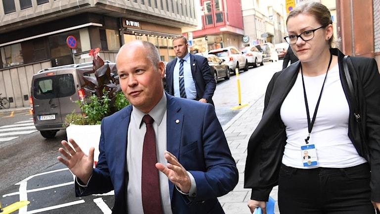 Justitieminister Morgan Johansson på väg till samtalen.
