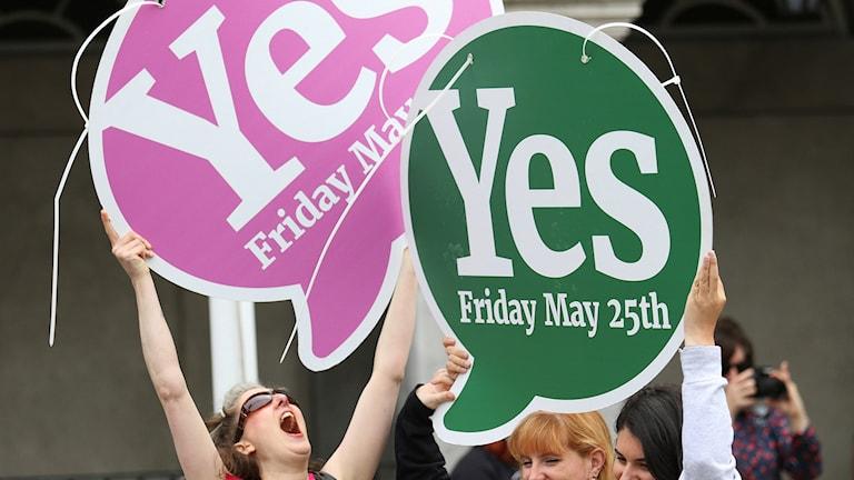 Två skyltar med texten Yes - ja!