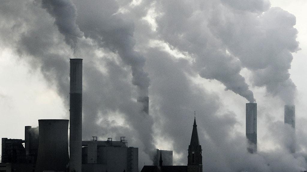I detta arkivfoto avbildas rök från skorstenar i brunkolskraftverket Frimmersdorf i Grevenbroich nära Düsseldorf, Tyskland. På söndag ska FN:s klimatpanel IPCC vara klar med den sista delen i den senaste klimatrapporten, den som behandlar vad som kan göras för att minska den globala uppvärmningen.Foto: TT/AP/Frank Augstein