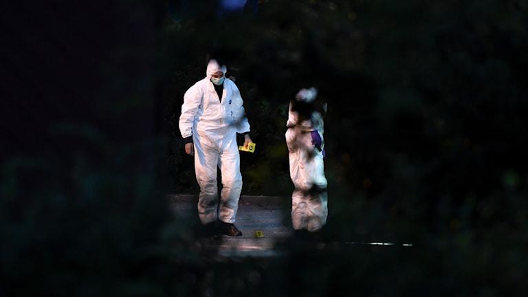 Polistekniker undersöker brottsplatsen efter att en man skjutits till döds i Rissne i somras.