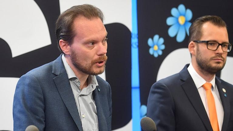 Sverigedemokraternas Martin Kinnunen (tv), talesperson i miljö- och klimatpolitiska frågor, och Mattias Bäckström Johansson, energipolitisk talesperson.