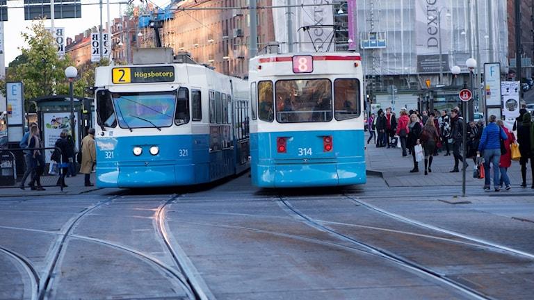 Två spårvagnar möts på en gata i Göteborg.