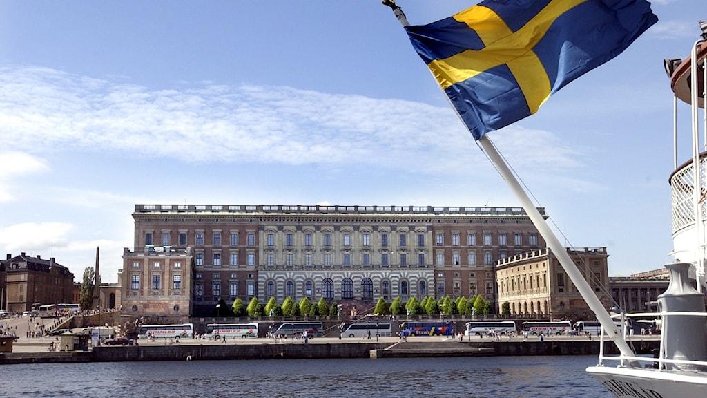 Svenska flaggan framför Stockholms slott.