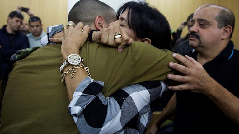 Den nu 20-årige soldaten omfamnas av sin mor i samband med domen på onsdagen i Tel Aviv.