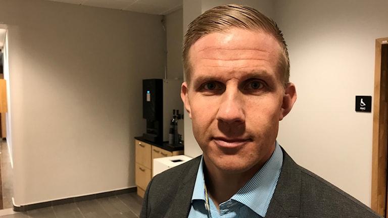 Alexis Larsson, säkerhets- och reklamationschef på Postnord, står inne på en tingsrätt