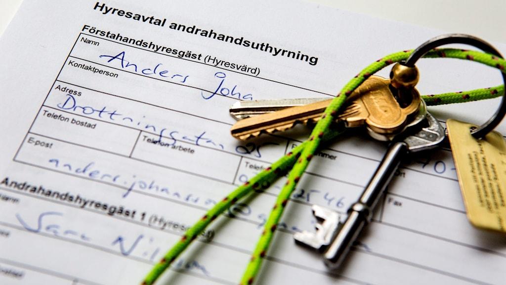 Hyreskontrakt och nycklar.
