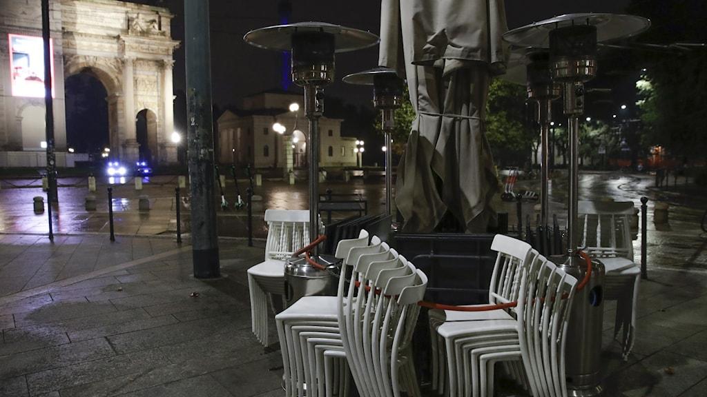 Staplade stolar utanför en restaurang i Italien.