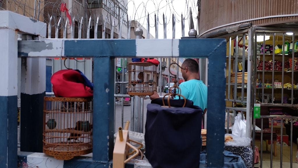 Rakbladstråd, spetsiga pikar, stålbarriärer och vaktkurer utanför skolor och bostadsområden och gallerdörrar på butiker hör till den nya vardagen i Kashgar. Åtgärderna sägs hindra muslimska terrorister.