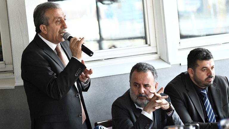 AKP:s internationelle sekreterare Mehmet Mehdi Eker (2:a fr vänster) besökte på söndagen en pizzeria i södra Stockholm. Foto: Claudio Brescani/TT.