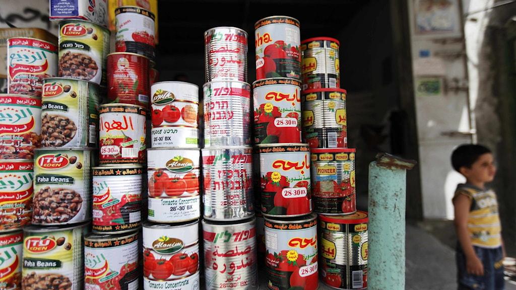 Konservburkar i en butik i Gaza