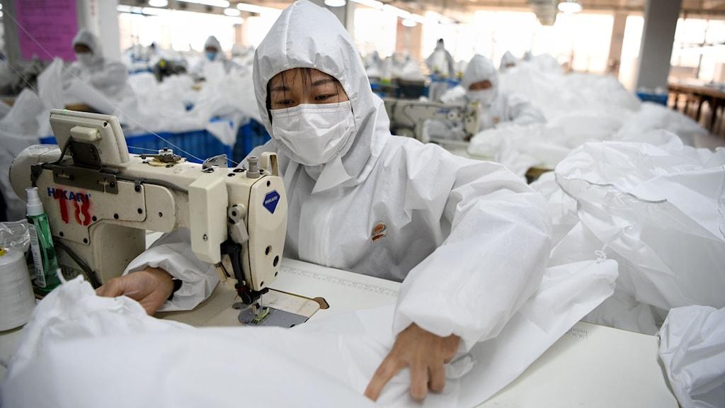 Arbetare med skyddsutrustning i kinesiska Wenzhou.