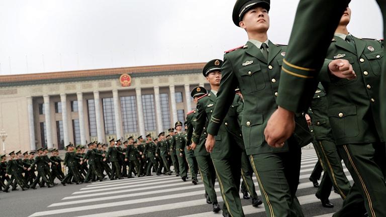 Kinesiska soldater marscherar i Peking.
