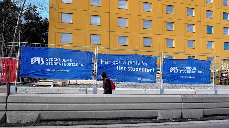 Affisch från Stockholms Studentbostäders byggarbetsplats i Huvudsta, Stockholm.