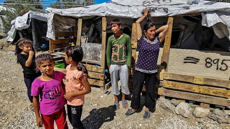 Migranter utanför flyktinglägret Moria på den grekiska ön Lesbos.