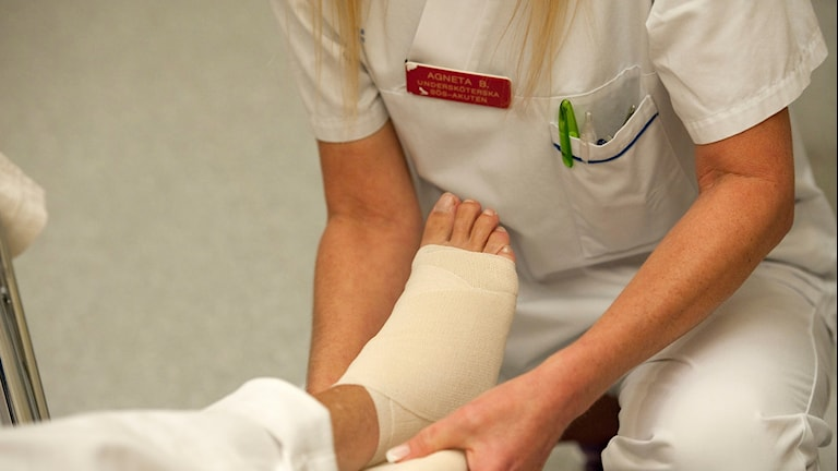 Sköterska lägger om ett ben.