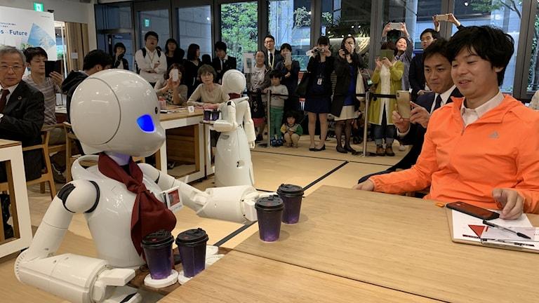 Robot serverar kaffe till man.