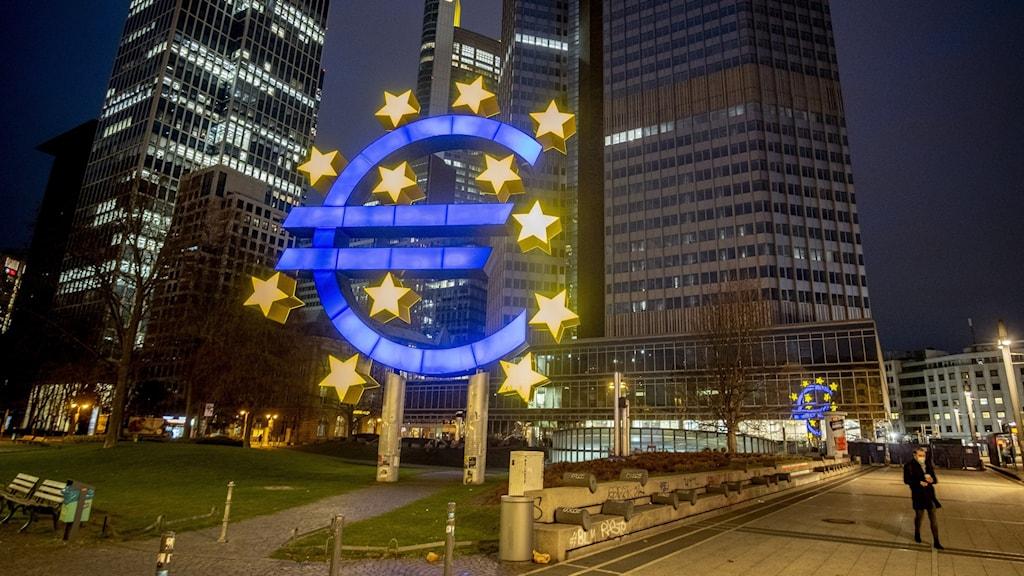 Skulptur föreställande en eurosymbol i Frankfurt.