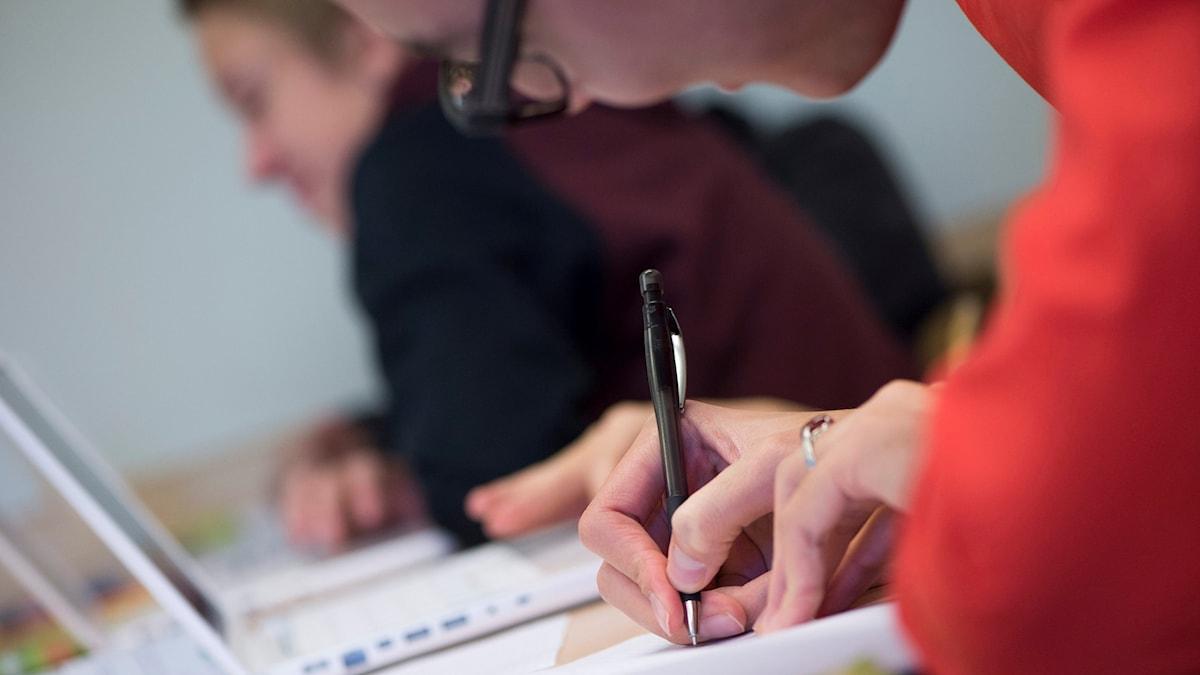 En niondeklassare klurar på ett matteproblem bakom sin dator under en mattelektion på Trädgårdstadsskolan i Tullinge