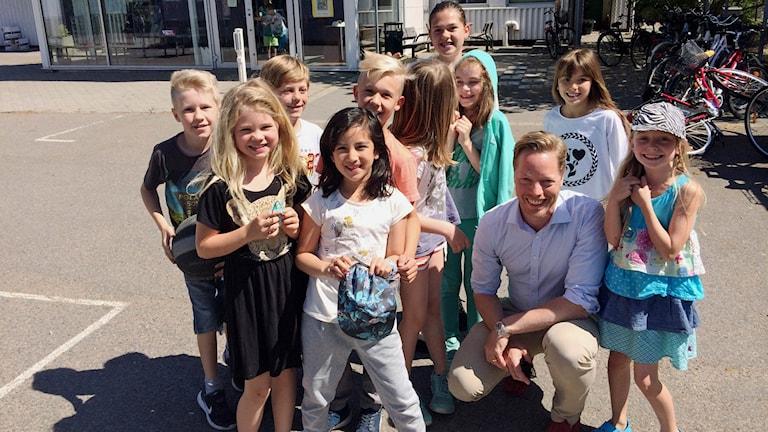 Rektor Martin Åkerman och elever på Montessori grundskolan i Malmö.