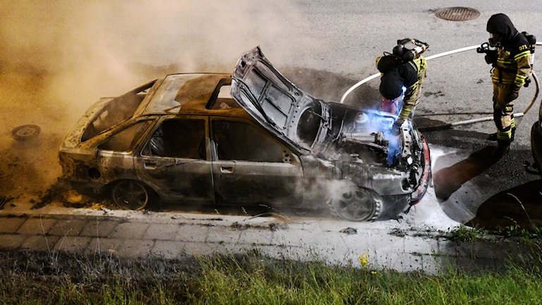 Räddningstjänsten släcker en brinnande bil på Hyllievångsvägen i Malmö.