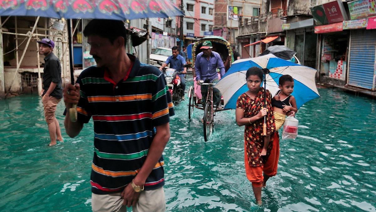 Människor vadar i vattnet.