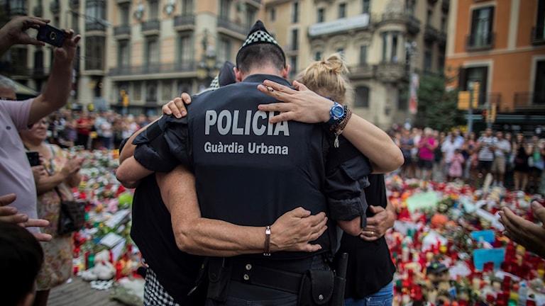 Polis kramar familj som han hjälpte vid terrordådet i Barcelona.