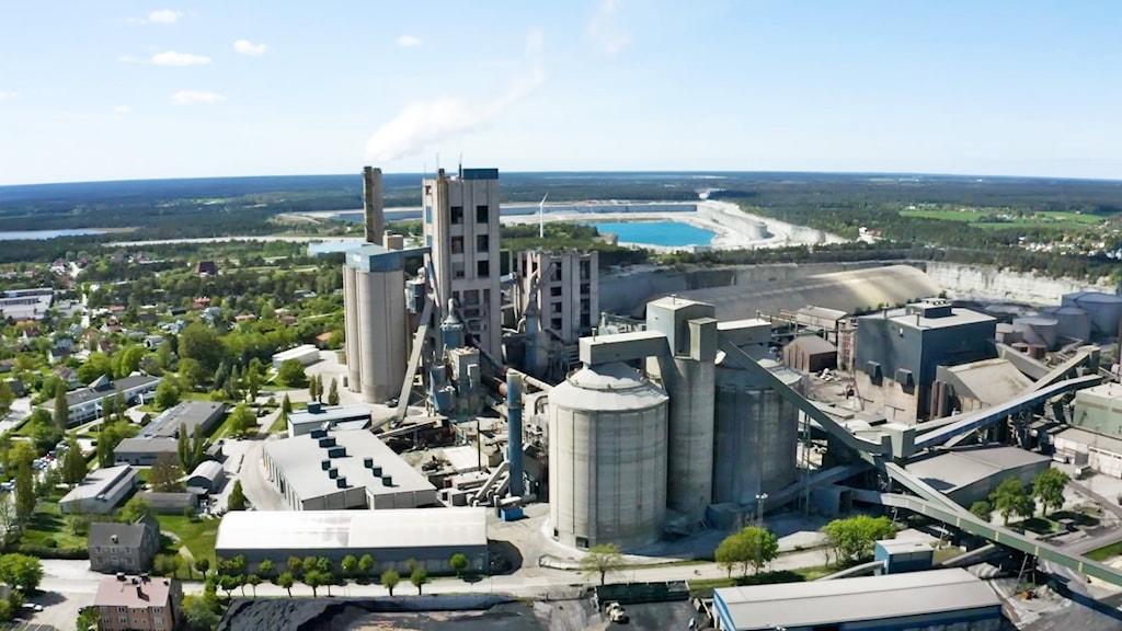 Drönarbild ovanifrån på cementas fabrik i slite.