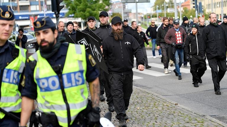 poliser i förgrunden