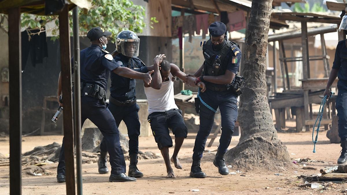 I Elfenbenskusten pågår nu omfattande demonstrationer mot president Alassane Ouattara som beslutat att återigen ställa upp i höstens presidentval.