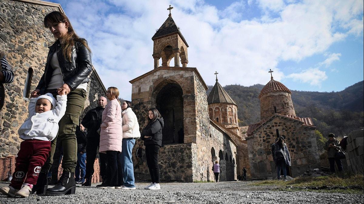 Invånare från utbrytarregionen besöker sin kyrka i byn som nu tas över av Azerbajdzjan.