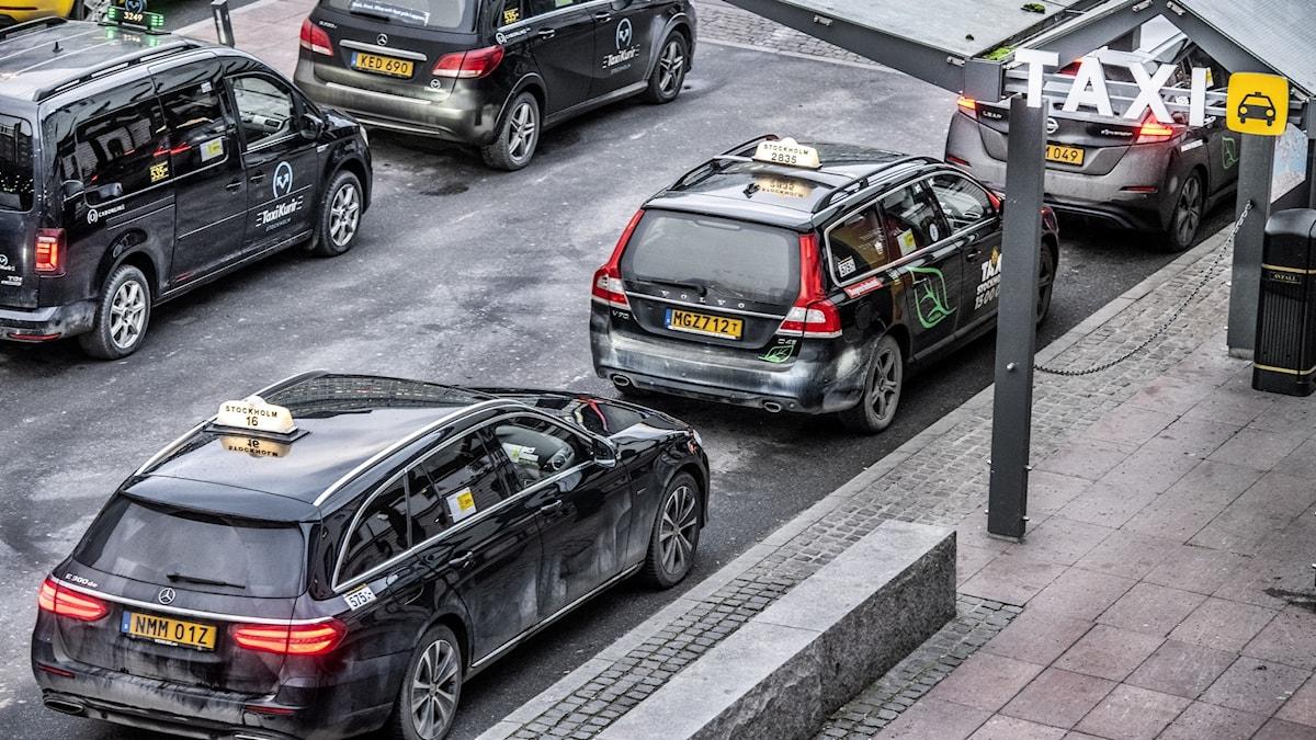 bild på många taxibilar som väntar på att få köra.