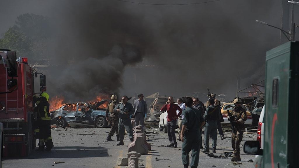 Svart rök bolmar upp mot himlen efter bilbomben i Afghanistans huvudstad Kabul.