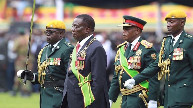 General Constantino Chiwenga, andra från höger tillsammans med president Emmerson Mnangagwa, andra från vänster.