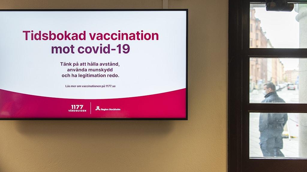 en skylt som informerar personer som bokat tid för vaccination om hur de ska göra på vaccinationscentralen