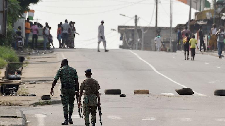 Soldater patrullerade på lördagen nära affärsdistriktet Abidjan.