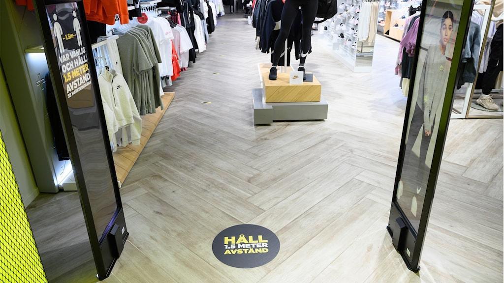 Kläder som hänger i en butik.
