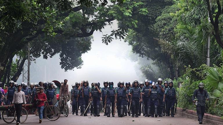För en dryg vecka sen dog två tonåringar efter att de blev påkörda av en buss och efter olyckan drog tusentals studenter i Dhaka ut på gatorna för att kräva en tryggare trafik.