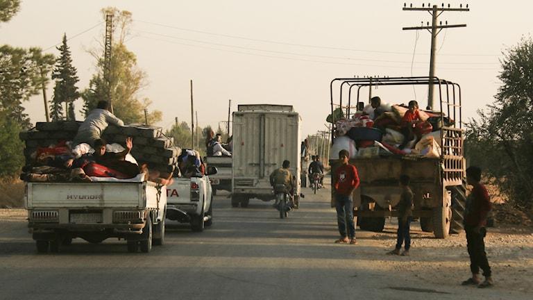 Syrier flyr från granateld i Ras al-Ain, i norra Syrien.