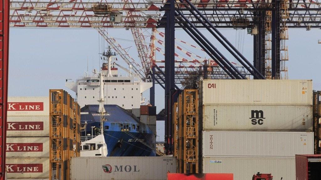 en hamn med containrar och lastfartyg