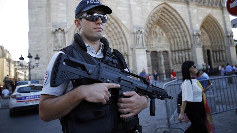 Polis bevakar Notre-Dame efter attentatet i september 2016. Foto: Christophe Ena/TT.