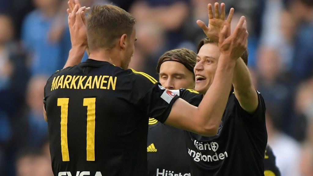 Simon Thern (till höger) firar sitt mål i derbyt mot Djurgården.
