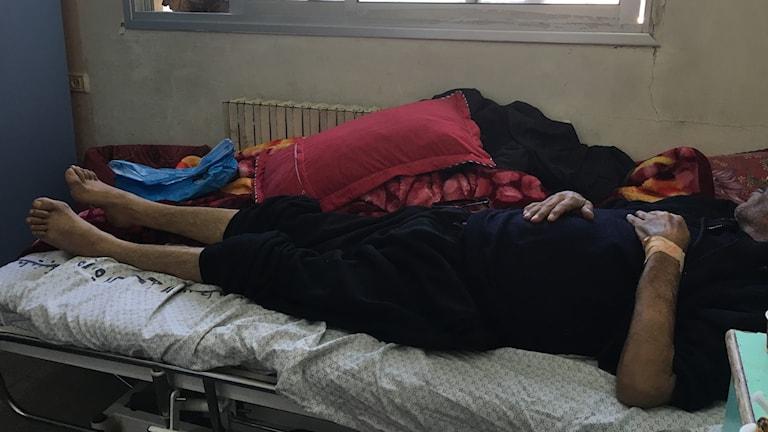 Ahmed Fuad Qleibi ligger på sin sjukhussäng i Gaza. Han vill inte visa sitt ansikte för han tror det kommer försämra hans chanser att få komma till Israel.