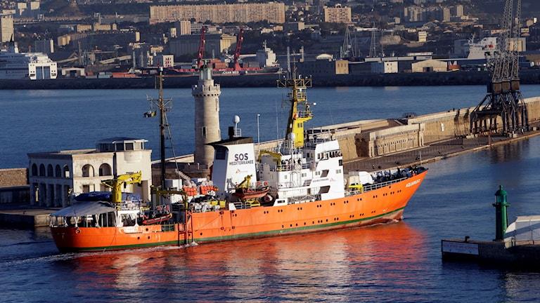 Fartyg i en hamn.