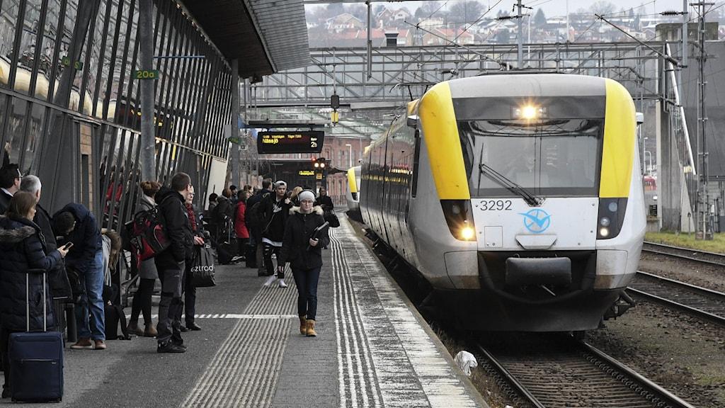 Ett Reginatåg tillhörande Västtrafik på stationen i Jönköping.