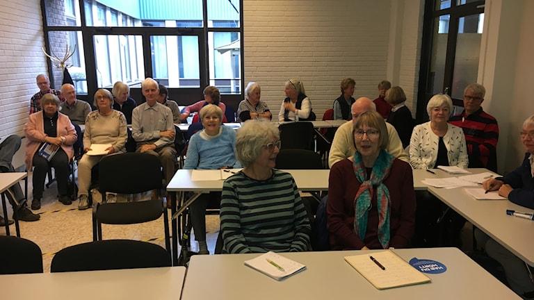 Ett klassrum med äldre personer