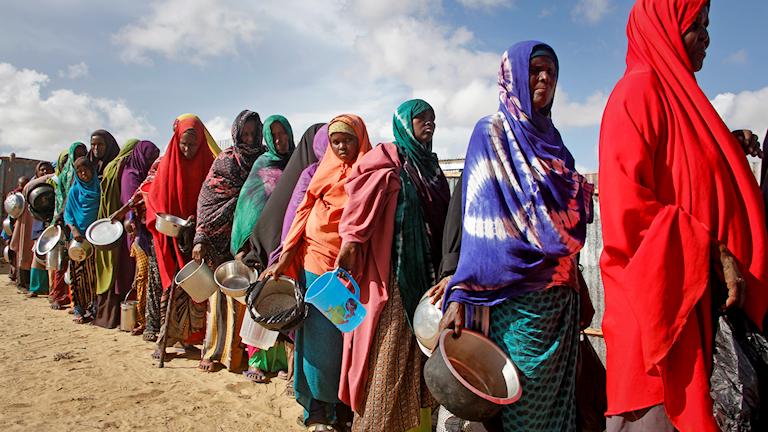 Arkivbild av kvinnor som väntar på mat och vatten vid en flyktinganläggning utanför Mogadishu, den 18 maj.