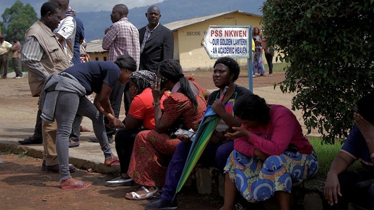 Föräldrar till de kidnappade barnen utanför skolan.