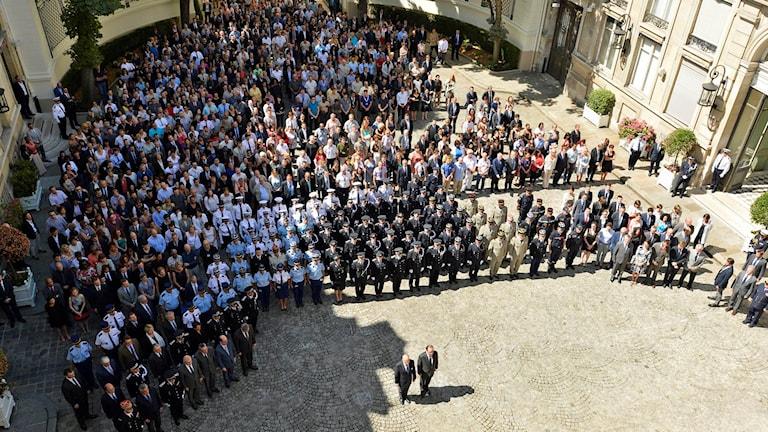 President Francois Hollande och inrikesminister Bernard Cazeneuve deltar i en tyst minut i Nice på måndagen.